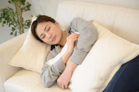メークを落とさず眠ってしまうと肌はこんな状態に。翌日の対策は?