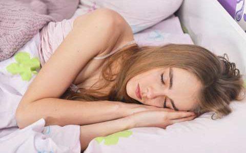 寝苦しい夜にエアコンを使わずに涼しく眠る方法